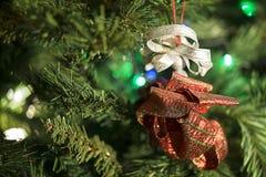 Χέρι - γίνοντη διακόσμηση Χριστουγέννων στο δέντρο Στοκ φωτογραφίες με δικαίωμα ελεύθερης χρήσης