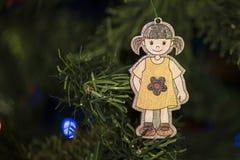 Χέρι - γίνοντη διακόσμηση Χριστουγέννων στο δέντρο Στοκ εικόνα με δικαίωμα ελεύθερης χρήσης