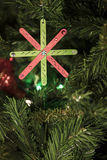 Χέρι - γίνοντη διακόσμηση Χριστουγέννων στο δέντρο Στοκ Εικόνα