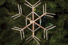 Χέρι - γίνοντη διακόσμηση Χριστουγέννων στο δέντρο Στοκ Φωτογραφία
