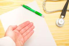Χέρι γιατρού στοκ εικόνες με δικαίωμα ελεύθερης χρήσης