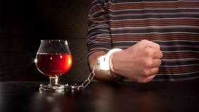 χέρι γυαλιού αλκοόλης π&omicr Στοκ φωτογραφία με δικαίωμα ελεύθερης χρήσης