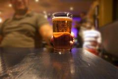 χέρι γυαλιού μπύρας Στοκ Φωτογραφία