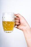 χέρι γυαλιού μπύρας Στοκ Φωτογραφίες