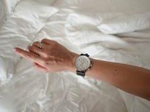 Χέρι γυναίκας με τα μοντέρνα ρολόγια Κίνητρο πρωινού Προσέξτε το ρολόι και τη βιασύνη επάνω στοκ εικόνες