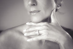Χέρι γυναίκας με το δαχτυλίδι Στοκ φωτογραφίες με δικαίωμα ελεύθερης χρήσης