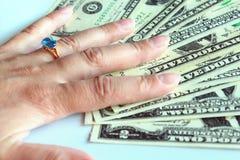 Χέρι γυναίκας που αγοράζει το δαχτυλίδι με το topaz στοκ φωτογραφίες με δικαίωμα ελεύθερης χρήσης