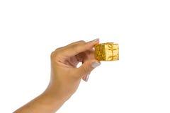 Χέρι γυναίκας που κρατά ένα χρυσό δέμα Στοκ εικόνα με δικαίωμα ελεύθερης χρήσης