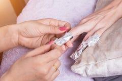 Χέρι γυναικών ενώ διαδικασία του μανικιούρ στο κατάστημα καρφιών Όμορφο con στοκ φωτογραφία