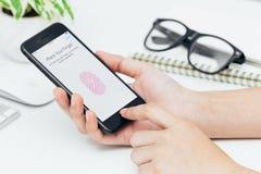 Χέρι γυναικών κινηματογραφήσεων σε πρώτο πλάνο που χρησιμοποιεί την ταυτότητα αφής στο iphone 7 Στοκ φωτογραφίες με δικαίωμα ελεύθερης χρήσης