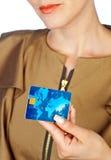 Χέρι γυναικών με την πιστωτική κάρτα Στοκ Εικόνα