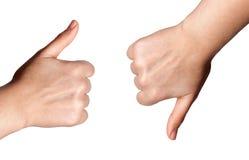 Χέρι γυναικών με τον αντίχειρα επάνω και τον αντίχειρα που απομονώνεται κάτω στο άσπρο υπόβαθρο Στοκ εικόνες με δικαίωμα ελεύθερης χρήσης