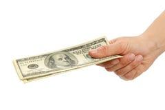 Χέρι γυναικών με τους λογαριασμούς 100 δολαρίων Στοκ φωτογραφία με δικαίωμα ελεύθερης χρήσης