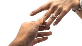 Χέρι γυναικών με το χρυσό δαχτυλίδι διαμαντιών και ένα χέρι τύπων που κρατά το αντίχειρα της Στοκ φωτογραφία με δικαίωμα ελεύθερης χρήσης