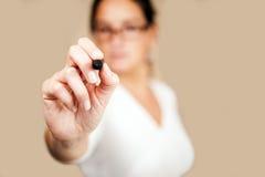 Χέρι γυναικών που γράφει στην οθόνη Στοκ εικόνα με δικαίωμα ελεύθερης χρήσης