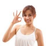 Χέρι γυναικών που θέτει το εντάξει σημάδι χεριών Στοκ Εικόνες