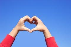 Χέρι γυναικών που κατασκευάζει την καρδιά σημαδιών στοκ εικόνες