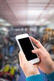 Χέρι γυναικών που κρατά και που χρησιμοποιεί κινητό, τηλέφωνο κυττάρων, έξυπνο τηλέφωνο με την οθόνη Στοκ Εικόνες