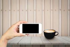 Χέρι γυναικών που κρατά και που χρησιμοποιεί κινητό, τηλέφωνο κυττάρων, έξυπνο τηλέφωνο με την απομονωμένη οθόνη Στοκ εικόνα με δικαίωμα ελεύθερης χρήσης