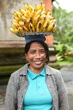 Χέρι γυναικών που κρατά μια φρέσκια μπανάνα Στοκ Φωτογραφία