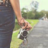 Χέρι γυναικών που κρατά την αναδρομική κάμερα νέος φωτογράφος κοριτσιών hipster με τη κάμερα ταινιών Στοκ Εικόνες