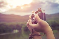 Χέρι γυναικών που κρατά την αναδρομική κάμερα Στοκ φωτογραφίες με δικαίωμα ελεύθερης χρήσης