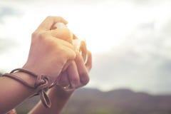 Χέρι γυναικών που κρατά την αναδρομική κάμερα Στοκ Εικόνα