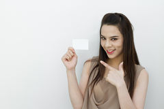 Χέρι γυναικών που κρατά τη μαύρη κάρτα Στοκ φωτογραφία με δικαίωμα ελεύθερης χρήσης