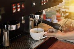 Χέρι γυναικών που κρατά το άσπρο φλυτζάνι με τον καυτό καφέ στοκ φωτογραφίες με δικαίωμα ελεύθερης χρήσης