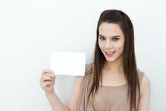 Χέρι γυναικών που κρατά το μαύρο μέγεθος φακέλων καρτών Στοκ φωτογραφία με δικαίωμα ελεύθερης χρήσης