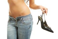 Χέρι γυναικών που κρατά το μαύρο υψηλό παπούτσι τακουνιών Στοκ Εικόνες