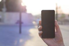 Χέρι γυναικών που κρατά το σύγχρονο σύγχρονο smartphone Στοκ φωτογραφία με δικαίωμα ελεύθερης χρήσης