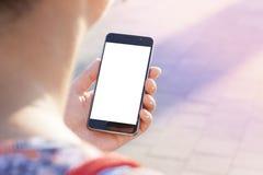 Χέρι γυναικών που κρατά το σύγχρονο σύγχρονο smartphone Στοκ Φωτογραφία