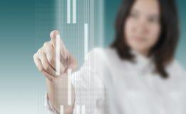 Χέρι γυναικών που λειτουργεί στην εικονική διαπροσωπεία τεχνολογίας στοκ φωτογραφία με δικαίωμα ελεύθερης χρήσης