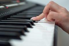 Χέρι γυναικών που παίζει έναν συνθέτη πληκτρολογίων ελεγκτών του MIDI κοντά επάνω στοκ φωτογραφίες