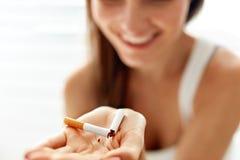 Χέρι γυναικών που παρουσιάζει σπασμένο τσιγάρο τρόπος ζωής ανθυγειινός Στοκ φωτογραφίες με δικαίωμα ελεύθερης χρήσης