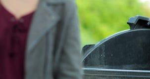 Χέρι γυναικών που ρίχνει το τσαλακωμένο έγγραφο στο εμπορευματοκιβώτιο απορριμμάτων απόθεμα βίντεο
