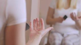Χέρι γυναικών που τραβά την τρίχα της που πέφτει από μια χτένα στη χτένα χτένα μετά από να κτενίσει την τρίχα της Το πρόβλημα με  απόθεμα βίντεο