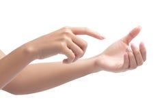 Χέρι γυναικών που χρησιμοποιεί ένα οπτικό τηλέφωνο κυττάρων οθονών επαφής στοκ φωτογραφίες