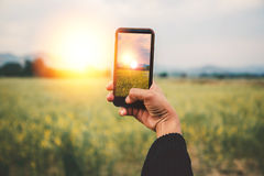 Χέρι γυναικών που χρησιμοποιεί την κινητή τηλεφωνική φωτογραφία Φύση βουνών Στοκ εικόνα με δικαίωμα ελεύθερης χρήσης