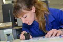 Χέρι γυναικών που χρησιμοποιεί stamper στο έγγραφο στοκ εικόνες
