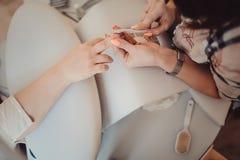Χέρι γυναικών στην επεξεργασία μανικιούρ στο σαλόνι ομορφιάς Στοκ Φωτογραφίες