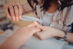 Χέρι γυναικών στην επεξεργασία μανικιούρ στο σαλόνι ομορφιάς Στοκ Εικόνες