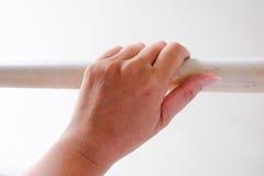 Χέρι γυναικών στο κάγγελο στοκ εικόνες