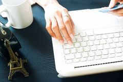 Χέρι γυναικών στο πληκτρολόγιο lap-top και την πιστωτική κάρτα εκμετάλλευσης, αγορές Στοκ Εικόνες