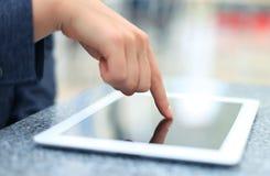 Χέρι γυναικών σχετικά με την οθόνη στο σύγχρονο ψηφιακό PC ταμπλετών Στοκ φωτογραφία με δικαίωμα ελεύθερης χρήσης