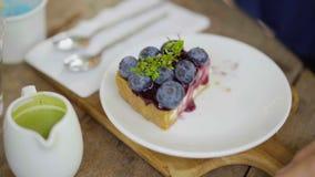 Χέρι γυναικών ` s για να φάει cheesecake βακκινίων απόθεμα βίντεο