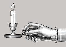 Χέρι γυναικών ` s που κρατά ένα κηροπήγιο με το κάψιμο του κεριού ελεύθερη απεικόνιση δικαιώματος