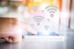 Χέρι γυναικών ` s σχετικά με το κινητό έξυπνο τηλέφωνο με το wifi που συνδέει το Sc Στοκ εικόνες με δικαίωμα ελεύθερης χρήσης
