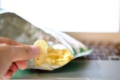 Χέρι δάχτυλων με τα τσιπ πατατών κενά Στοκ φωτογραφία με δικαίωμα ελεύθερης χρήσης